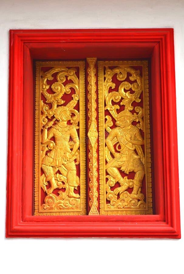 Murali dorati delle statue e scolpire nelle tempie buddisti di Luang Prabang Laos immagini stock libere da diritti