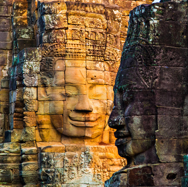 Murali e tempio di pietra Angkor Thom di Bayon della statua Angkor Wat fotografie stock