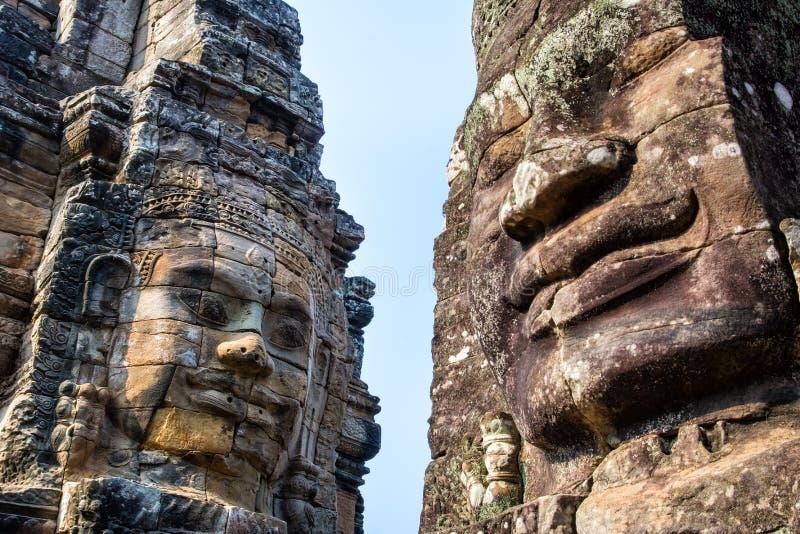 Murali e tempio di pietra Angkor Thom di Bayon della statua Angkor Wat immagine stock