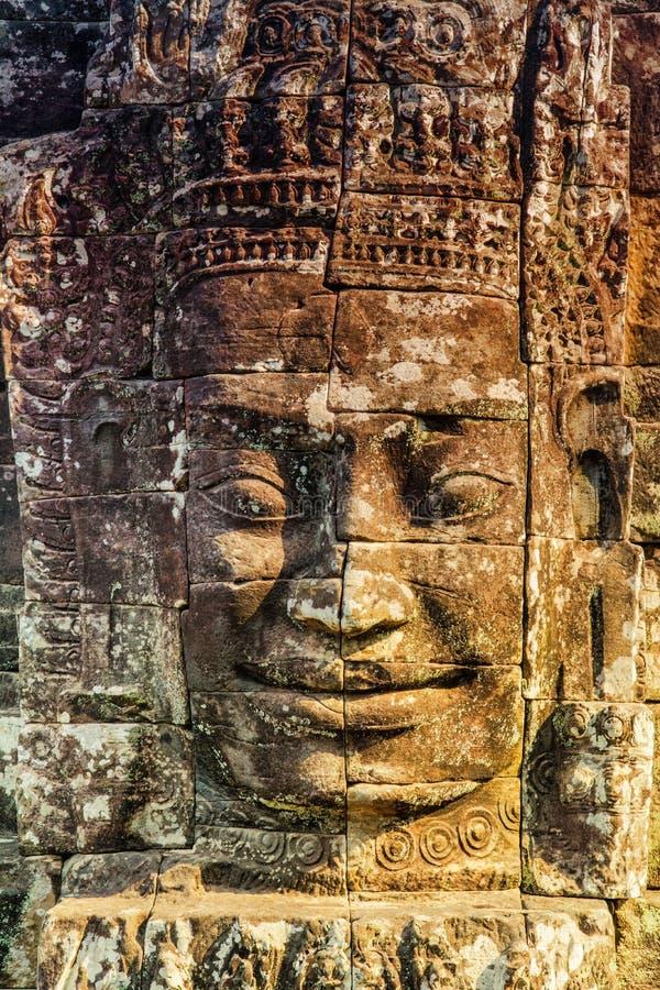Murali e tempio di pietra Angkor Thom di Bayon della statua Angkor Wat immagine stock libera da diritti