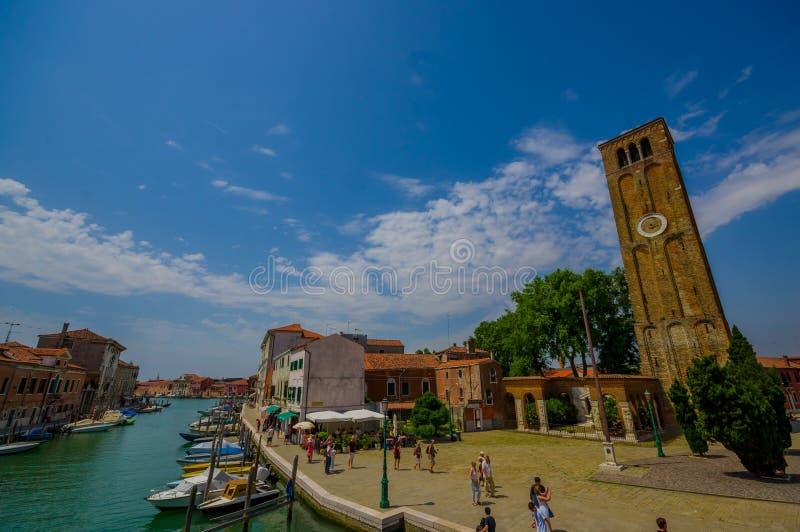 MURANO,意大利- 2015年6月16日:Murano市,钟楼壮观的照片在边有运河巨大看法和 免版税库存照片