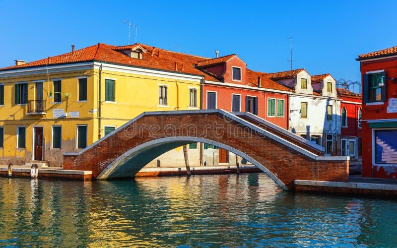 Murano glaseiland, waterkanaal, brug, boot en traditionele gebouwen Veneti? of Venezia, Itali?, Europa stock fotografie