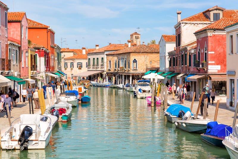 Murano, Italië - September, 2017: Mening van de Venetiaanse huizen met boten langs het kanaal bij de Eilanden Murano in Venetië b stock foto's
