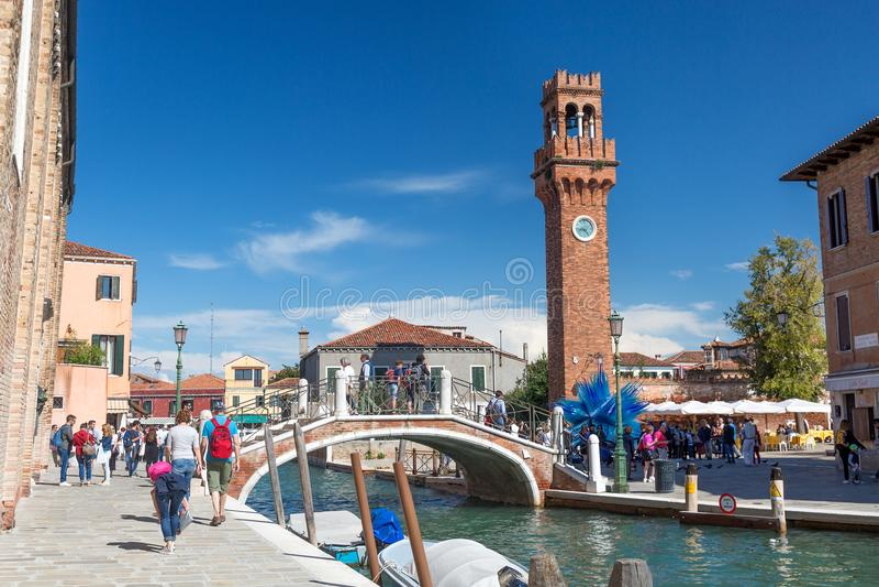 MURANO, ITALIË - SEPTEMBER, 2017: Murano, Venetië, Italië in de zomer Brug met kanaal en Murano-campanile royalty-vrije stock afbeeldingen