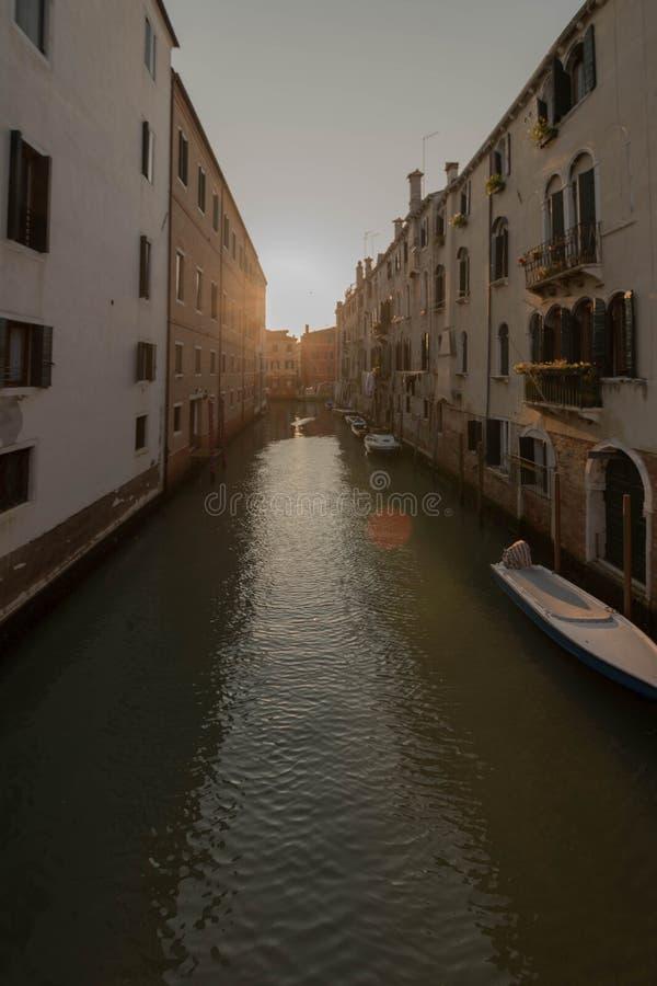 10/10/2018 Murano, Italië Venetië Een nachtscène aan een cannalverkeer van boten en waterbussen stock foto