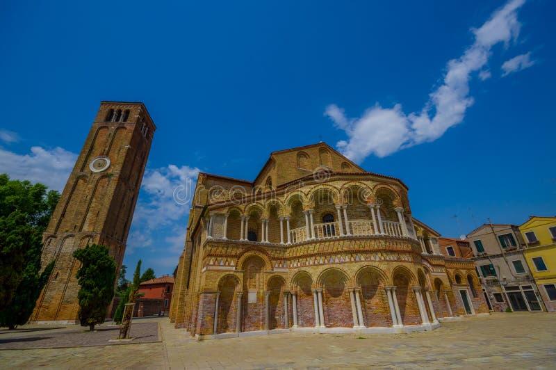 MURANO, ITALIEN - 16. JUNI 2015: Kathedrale von Santa Maria und von San Donato in Murano, der Glockenturm auf der Seite stockbilder