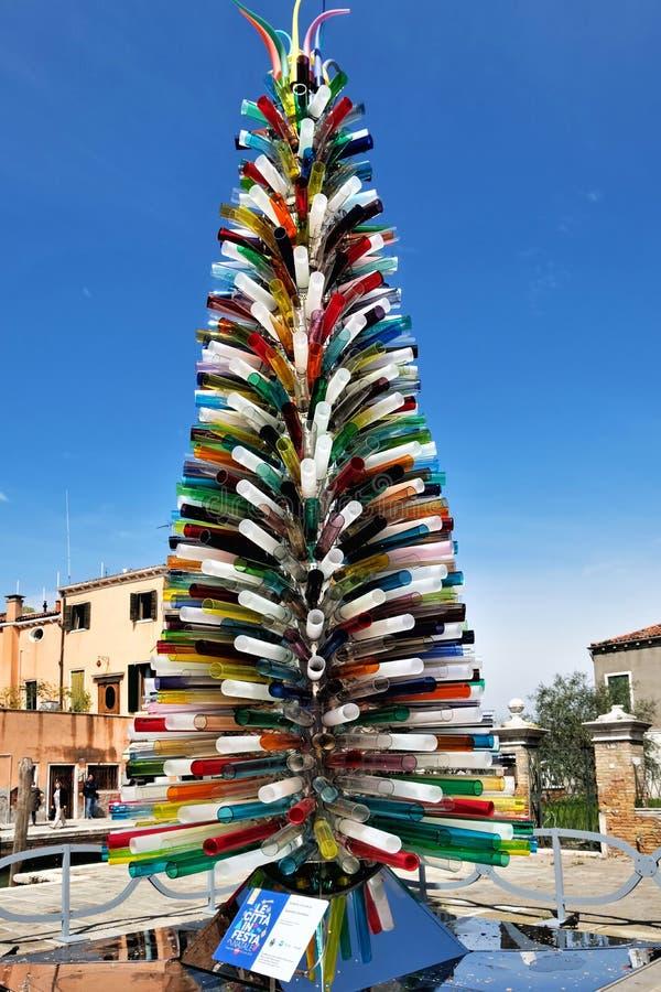 Murano, nahe Venedig, Italien Weihnachtsbaum gemacht von den bunten Glasrohren Die Aufschrift lizenzfreie stockfotos