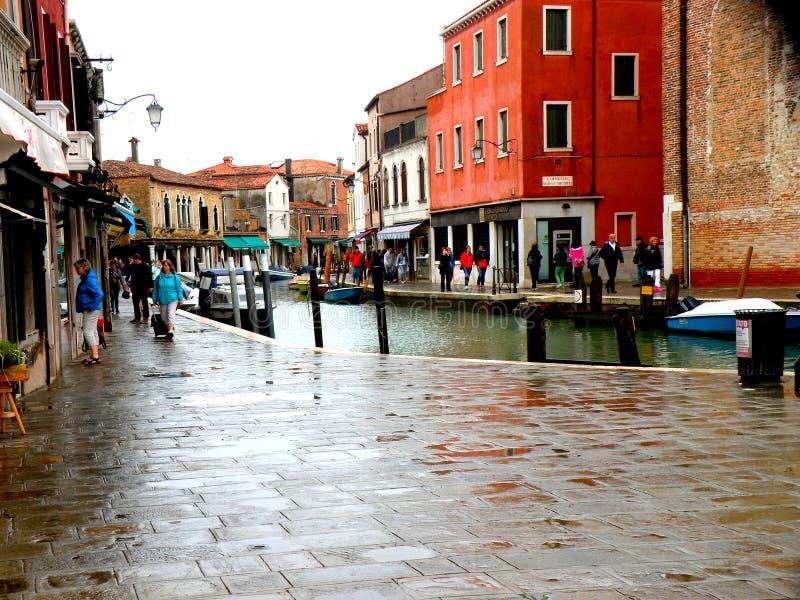 Murano, Platz in Venedig, Italien, an einem regnerischen Tag stockbilder