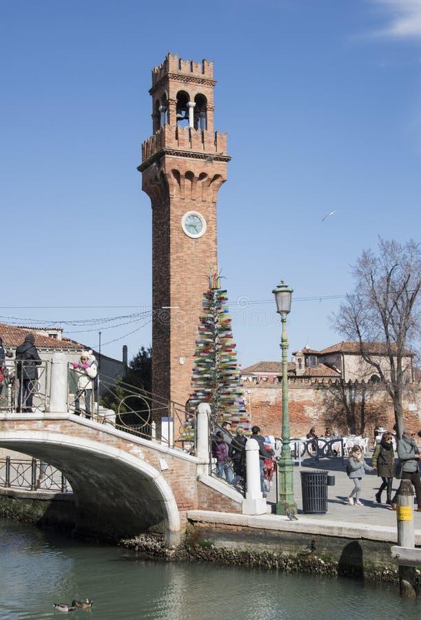 Murano, Włochy, kanał, most, szklanej butelki choinka i stary ceglany zegarowy wierza, obrazy royalty free