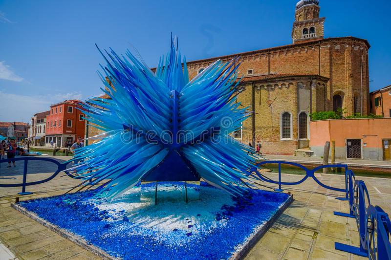 MURANO WŁOCHY, CZERWIEC, - 16, 2015: Szklana rzeźba po środku Murano wyspy, główna manufaktury praca w błękicie fotografia royalty free