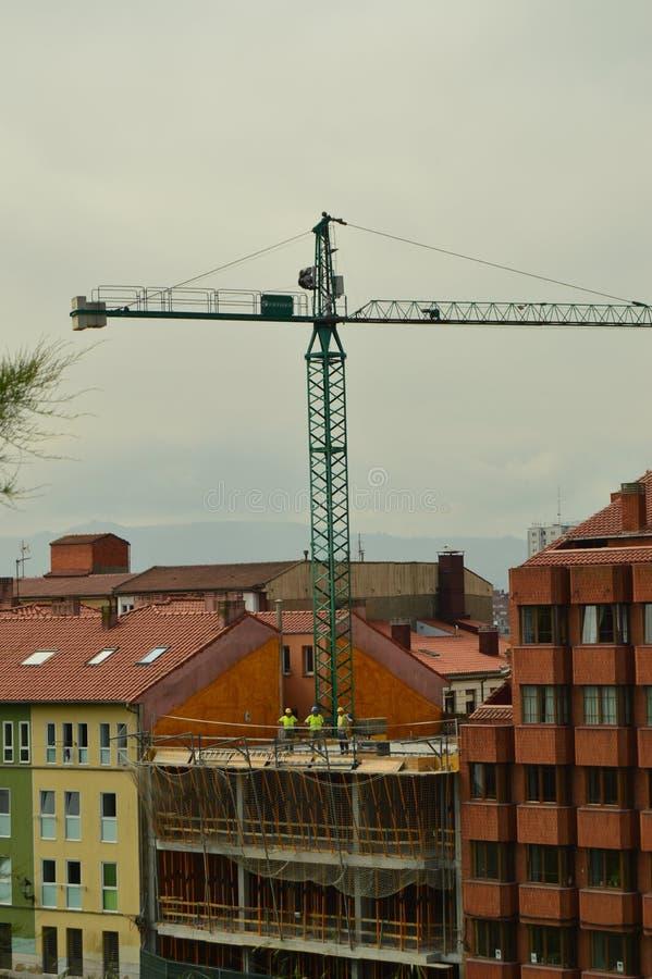 Murare, snickare och Crane Operators Performing Their Work i en konstruktionsplats Arkitektur arbetar och service, hantverk arkivbild