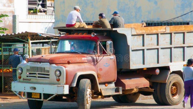 Murare som väntar för att lämna för arbetsplatsen på lastbilen arkivbild