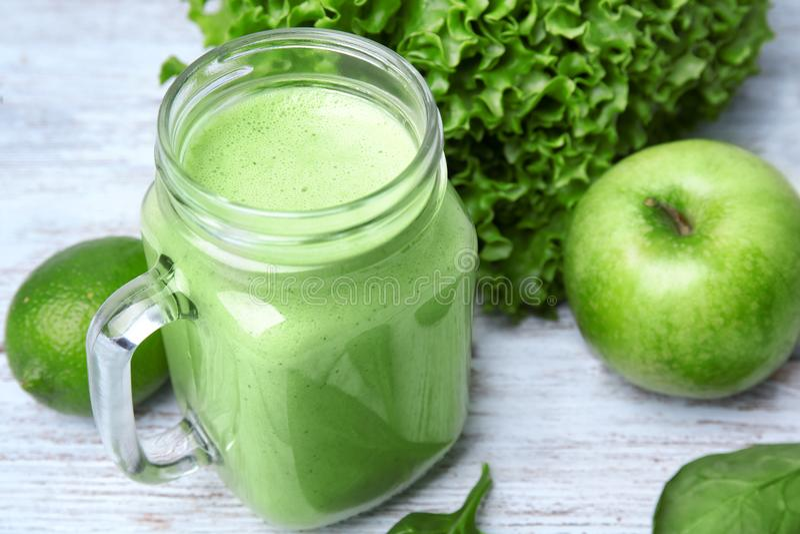 Murarekrus av grön sund fruktsaft med ingredienser arkivfoto