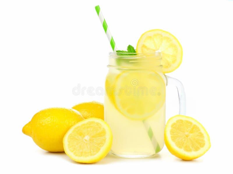 Murarekrus av lemonad med citroner och sugrör över vit royaltyfria foton