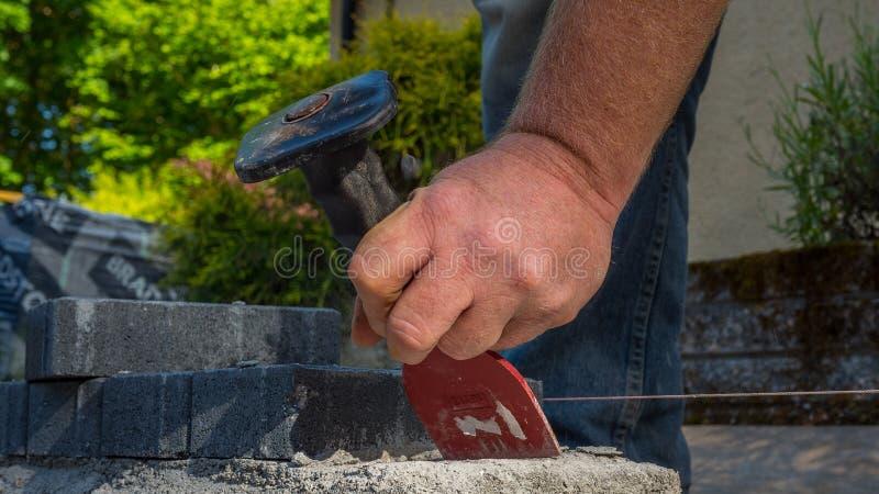 Murarzów narzędzi mężczyzna pracuje na budowie zdjęcia royalty free