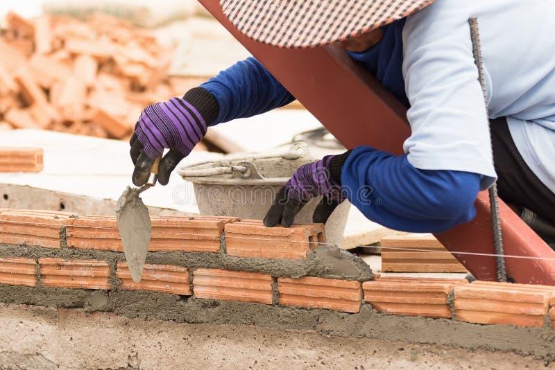 Murarz pracuje w budowie ściana z cegieł obraz royalty free