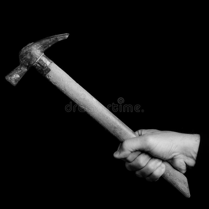 Murarza młota narzędzia w mężczyzna ` s ręce - czarny i biały fot obraz stock