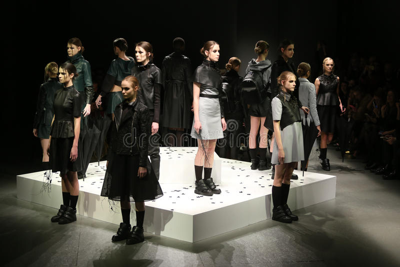 Murat Aytulum Catwalk στην εβδομάδα Ιστανμπούλ μόδας της Mercedes-Benz στοκ εικόνες με δικαίωμα ελεύθερης χρήσης