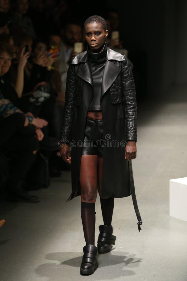Murat Aytulum Catwalk in Mercedes-Benz Fashion Week Istanbul fotografia stock libera da diritti