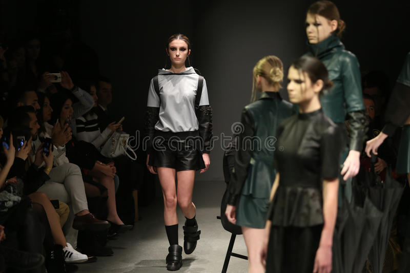 Murat Aytulum Catwalk in Mercedes-Benz Fashion Week Istanbul fotografia stock libera da diritti