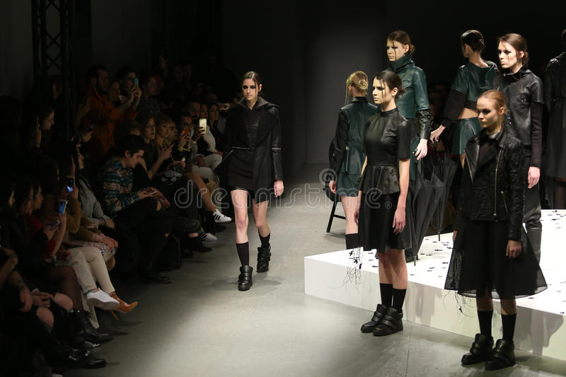 Murat Aytulum Catwalk in Mercedes-Benz Fashion Week Istanbul immagine stock libera da diritti