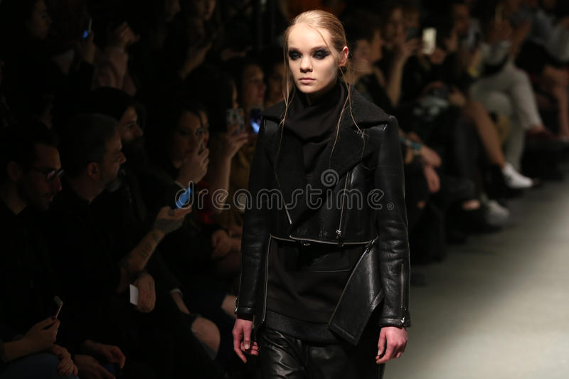Murat Aytulum Catwalk in Mercedes-Benz Fashion Week Istanbul immagini stock