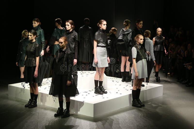Murat Aytulum Catwalk in Mercedes-Benz Fashion Week Istanbul immagini stock libere da diritti