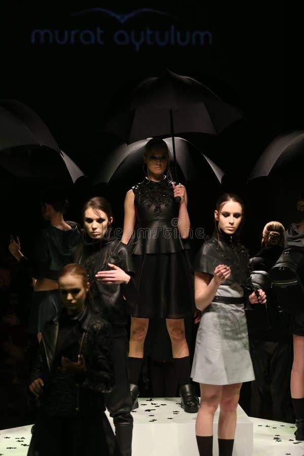 Murat Aytulum Catwalk in Mercedes-Benz Fashion Week Istanbul fotografia stock