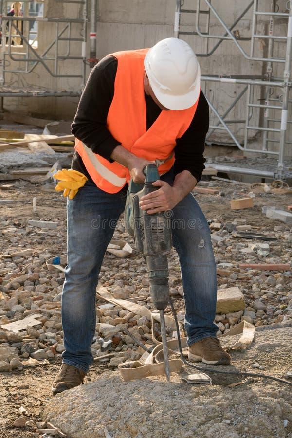 Muratore maschio che per mezzo del martello pneumatico fotografie stock