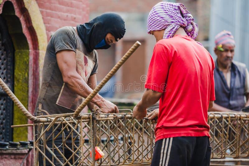 Muratori che lavorano con il tondino di ferro in Bhaktapur immagine stock libera da diritti