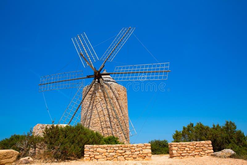 Muratura d'annata e legno del mulino di vento del mulino a vento di Formentera immagine stock