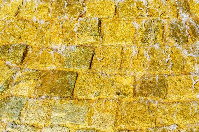 Muratura di pietra con acqua corrente che scorre giù il fondo immagini stock