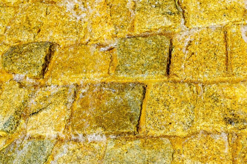 Muratura di pietra del ¡ di Ð con acqua corrente che scorre giù il fondo immagini stock libere da diritti