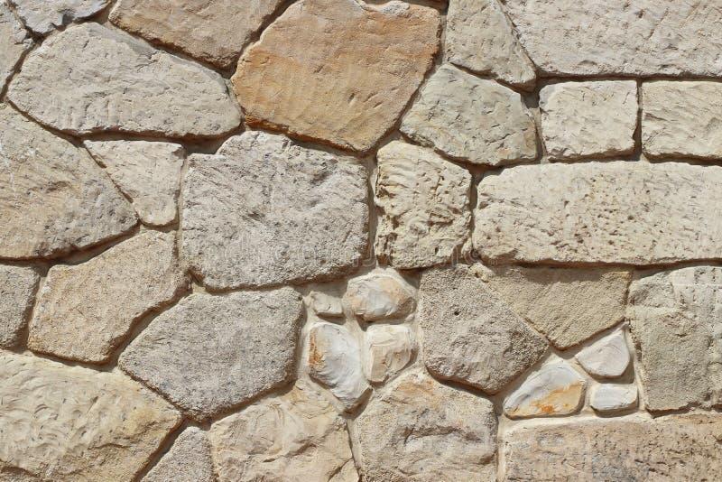 Muratura di pietra medievale antica Struttura di un frammento di una parete di vecchia struttura Un fondo per progettazione e lav fotografia stock