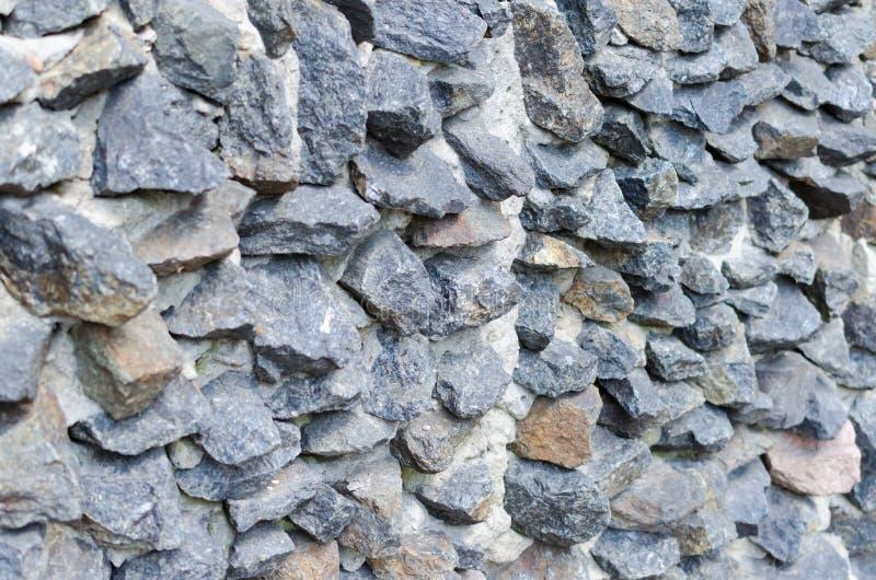 Muratura di pietra ruvida grigia su struttura della facciata immagine stock libera da diritti