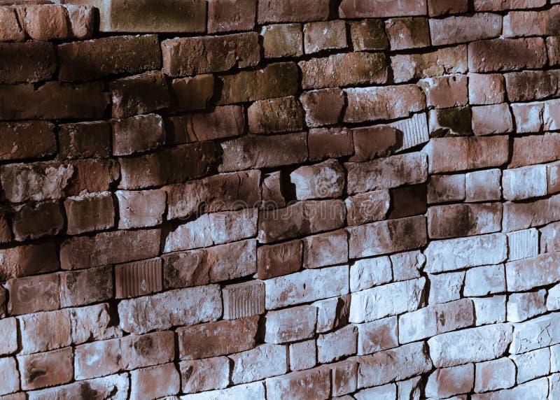 Murature scolorite fatte del criss-cross mettere i mattoni, con luminoso Ray fotografie stock libere da diritti