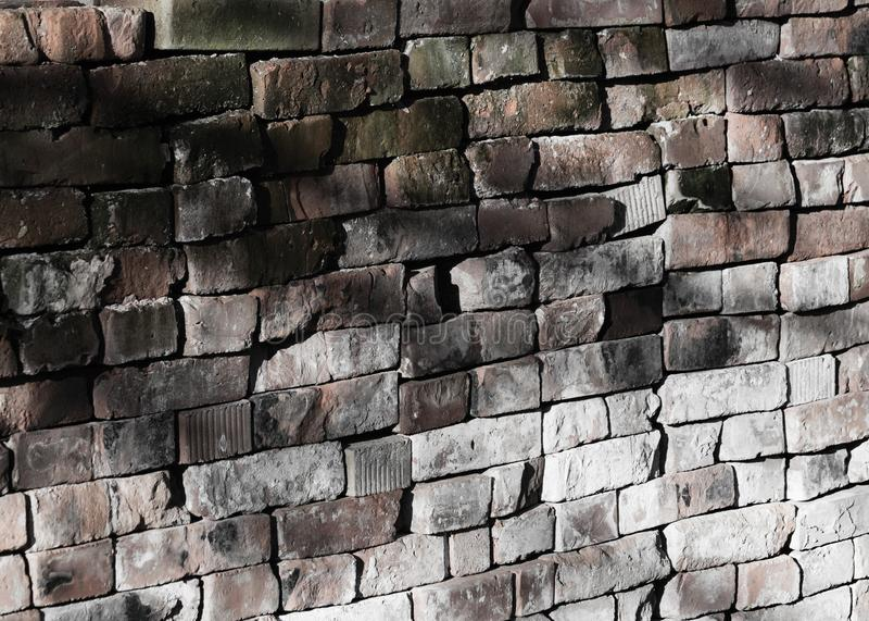 Murature scolorite fatte del criss-cross mettere i mattoni, con luminoso Ray immagini stock