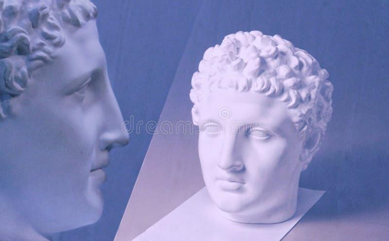 Murbrukhuvudskulptur, byststående av en ung man, klassisk skulptur för den akademiska teckningen, mörk bakgrund arkivfoton