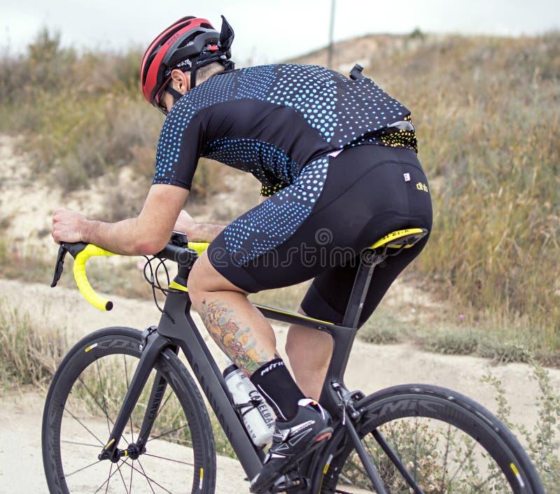 Murcia, Hiszpania, Kwiecień 17, 2019: Młody człowiek jedzie bicykl na kolarstwo śladzie fotografia stock