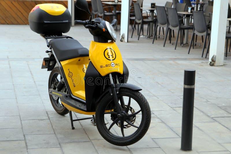 Murcia, Spanje - Augustus 4 2018: Milieuvriendelijke elektrische die autoped of bromfiets, op de bestrating wordt geparkeerd, die stock foto
