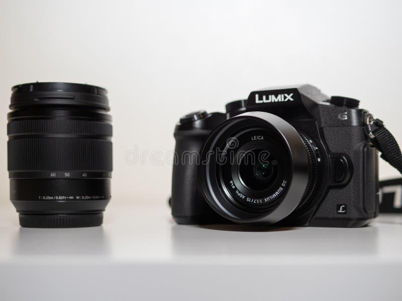 Murcia, Spanje; 24 augustus 2018: Panasonic Lumix G dmc-80M G85 met Panasonic Leica 15mm 1:1 7 die DG ASPH Summilux in witte bede royalty-vrije stock fotografie