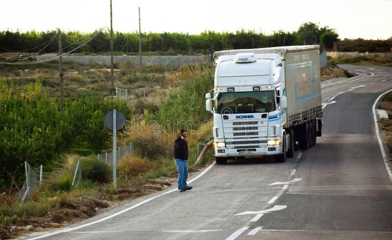 Murcia, Spanje, 5 december 2019: Een man die aan de telefoon staat om door een vrachtwagen te worden geraakt Mogelijke botsing op royalty-vrije stock foto