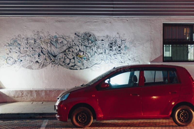 Mure a arte com o carro do estacionamento na noite na cidade de Malacca, Malacca, Malásia imagem de stock royalty free