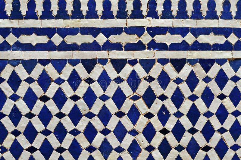 Mure o mosaico com as telhas azuis e branco vitrificadas fotografia de stock royalty free