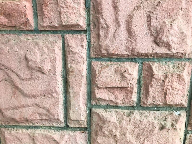 Muren bestående av tegel av olika former arkivfoton