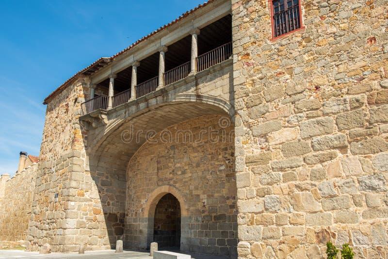 Muren die Spaanse stad van Avila, puerta del rastro o La estrella omringen royalty-vrije stock foto's