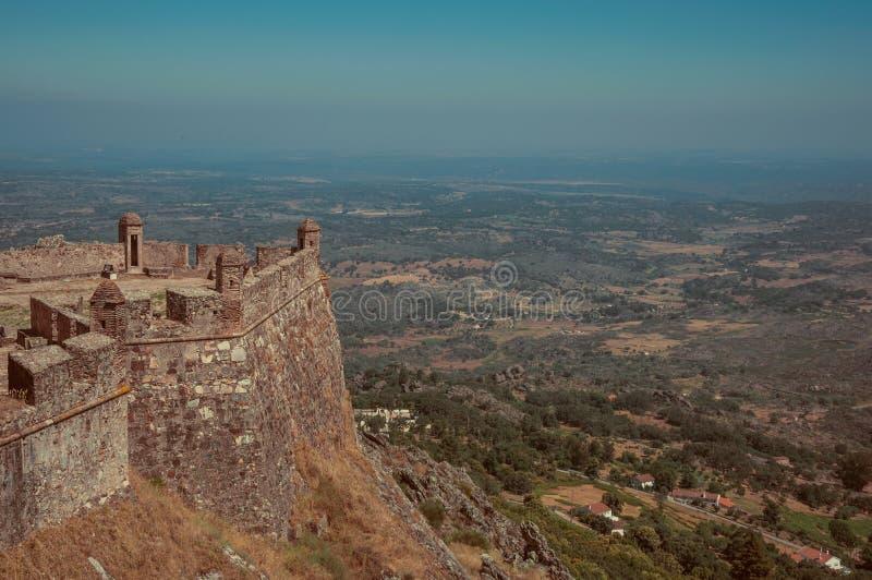 Muren en watchtowers in bolwerk naast het Marvao-Kasteel stock afbeeldingen