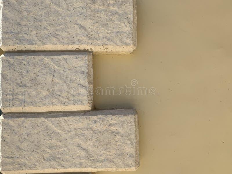 Muren van beige kleur met bakstenen Een goed idee voor uw idee met een omheining of een huis royalty-vrije stock foto's