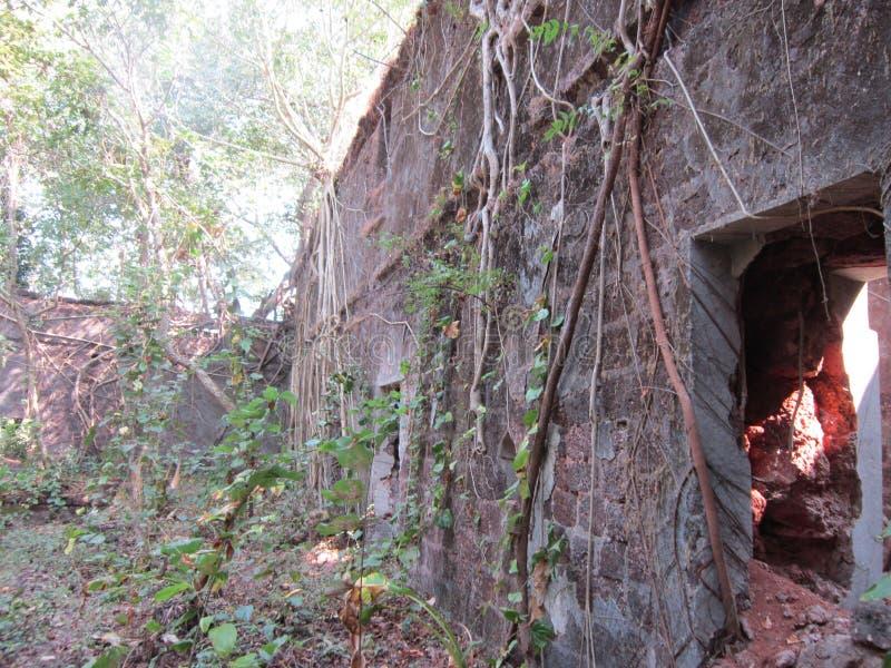 Muren van de verlaten gebouwen van een fort royalty-vrije stock afbeelding