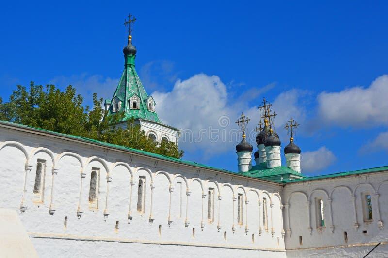 Muren van oud Veronderstellingsklooster in Alexandrov, Rusland stock fotografie